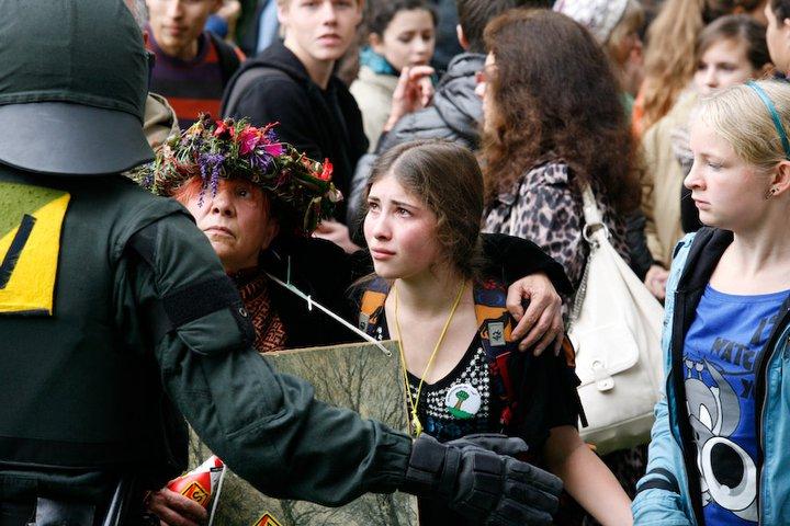 Stuttgart 21 am 30.09.2010 - Schülerin steht Polizisten fragend und fassungslos gegenüber - Foto Jan Petersen