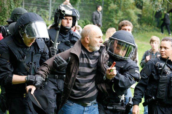 Demonstrant bei Stuttgart 21 Polizeieinsatz im mittleren Schloßgarten. Wow, brandgefährlich - 30.09.2010 - Foto Jan Petersen