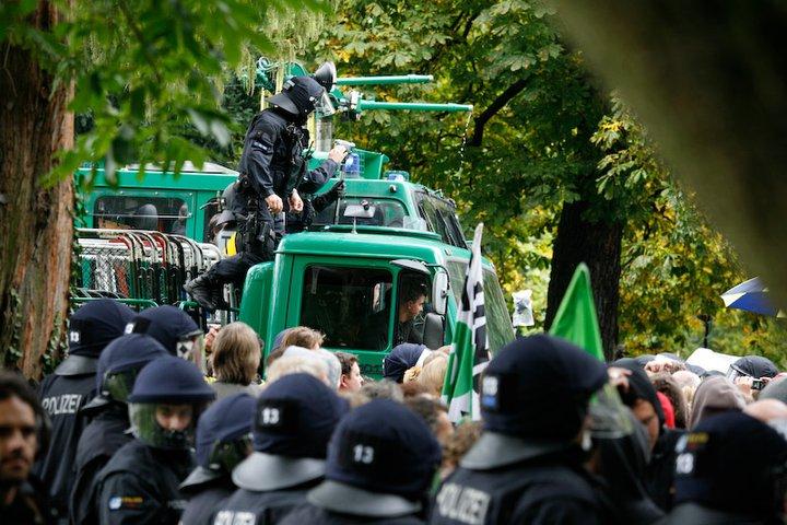 Wasserwerfer der Polizei bei Stuttgart 21 im Mittleren Schloßgarten - Foto Jan Petersen