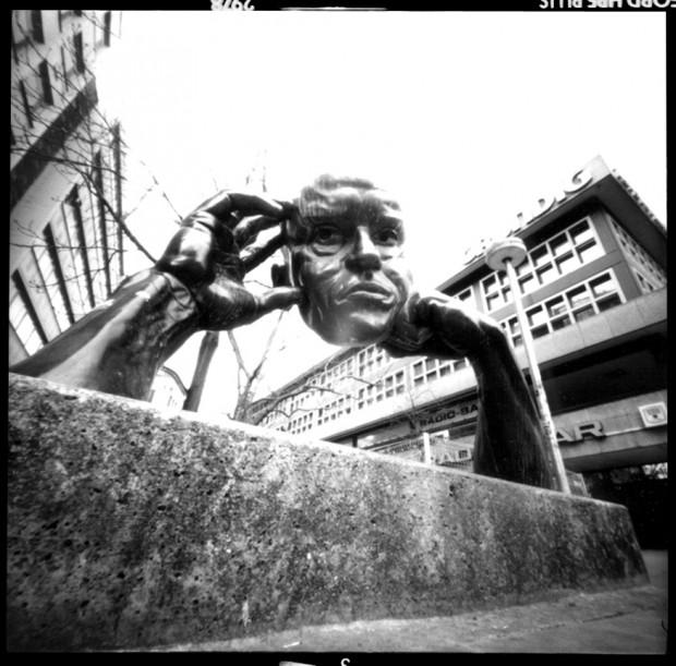 Lochkamera Foto einer Statue in Stuttgart