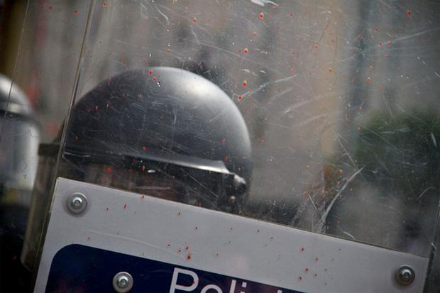 blut auf schutzschild eines polizisten in spanien barcelona 27.05.2011
