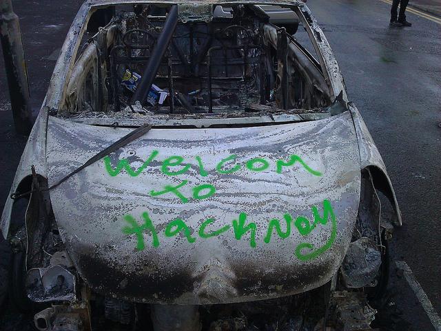 Ausgebranntes Auto mit Graffitti Welcome to Hackney