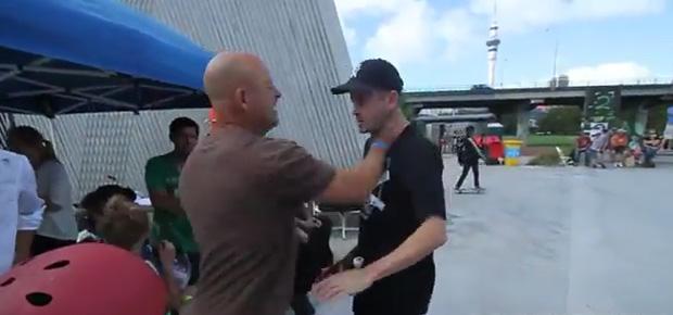 Craig Platt packt Mitentwickler des Skate Parks, der die Kinder schützen will, am Hals