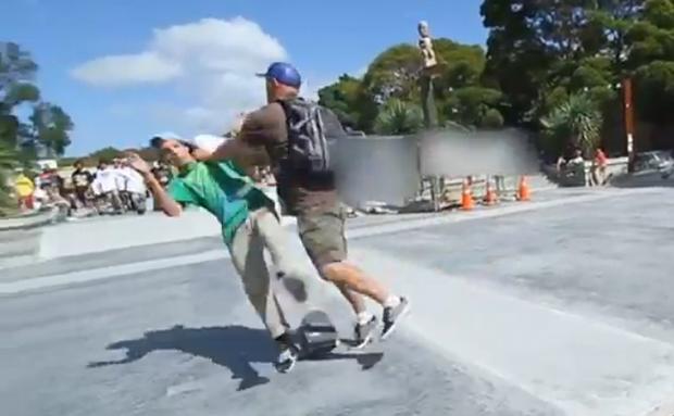 Skateboard Park Szene 1 - Craig Platt stößt Jugendlichen vom Skateboard