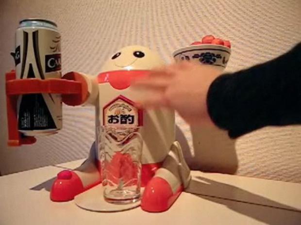 Japanischer Roboter schnekt Bier ein und verschüttet die Hälfte