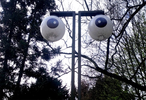 Straßenlaterne beobachtet dich