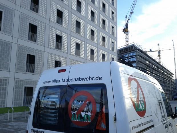 Taubenabwehr Task Force an der Bibiliothek in Stuttgart