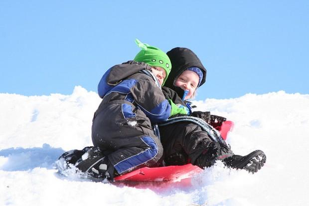 Kinder im Schnee mit Schneebob