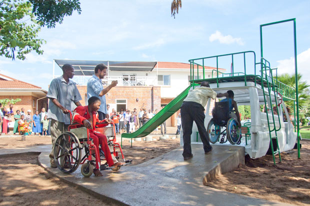 Patienten des Krankenhauses eröffnen den Spielplatz