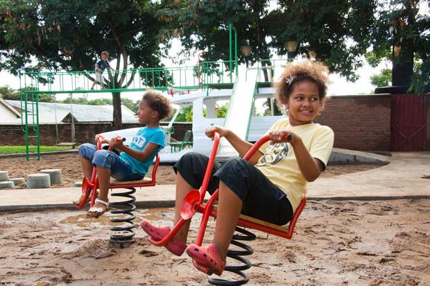 """Zwei kleine Mädels sitzen auf den """"Wheelies"""""""