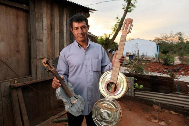Colá baut Musikinstrumente aus Müll -