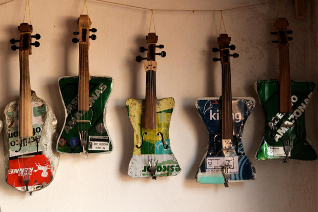 Selbst gebaute Musikinstumente aus Müll