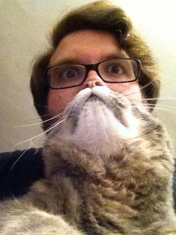 Katze vor Gesicht