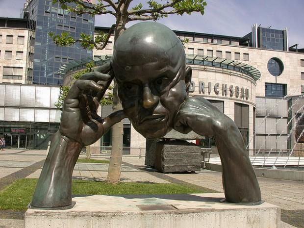 """Bronze-Skulptur """"Denkpartner"""" vor dem Friedrichsbau in Stuttgart"""