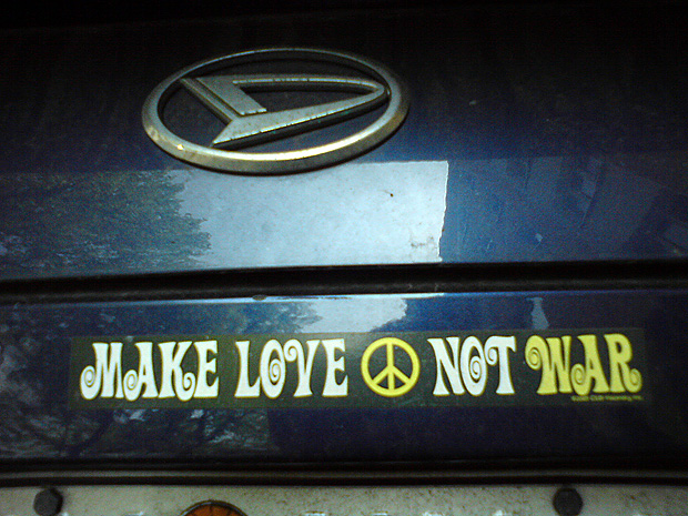 "Autoaufkleber ""Make love not war"""