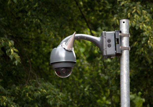 Videokameras mit Partyhüten schmücken Geburtstag George Orwell