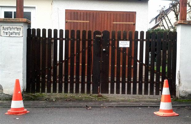 Absperrhütchen Pylonen vor Nachbars Ausfahrt